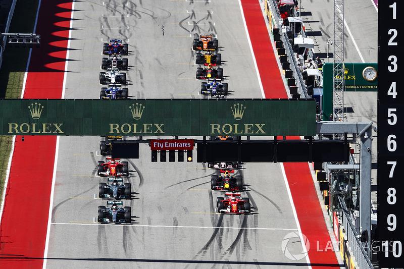 Lewis Hamilton, Mercedes AMG F1 W08, Sebastian Vettel, Ferrari SF70H al inicio de la carrera