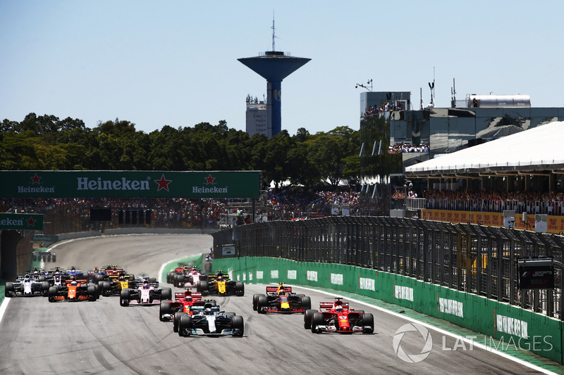 Valtteri Bottas, Mercedes AMG F1 W08, Sebastian Vettel, Ferrari SF70H, Kimi Raikkonen, Ferrari SF70H, Max Verstappen, Red Bull Racing RB13, Sergio Perez, Sahara Force India F1 VJM10, the rest of the field at the start