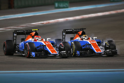 Esteban Ocon, Manor MRT05 battles with Pascal Wehrlein, Manor MRT 05