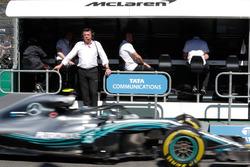 Eric Boullier, directeur de la compétition, McLaren, tandis que Valtteri Bottas, Mercedes AMG F1 W09, passe