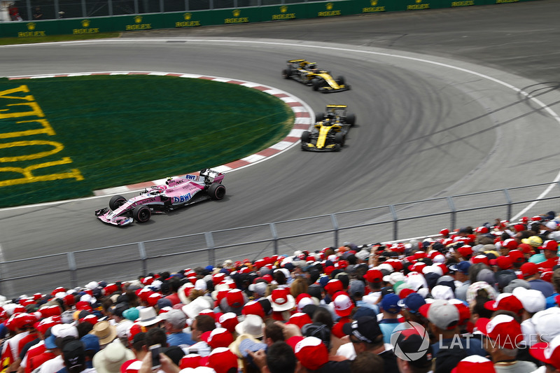 Esteban Ocon, Force India VJM11, por delante de Nico Hulkenberg, Renault Sport F1 Team R.S. 18 y Carlos Sainz, Renault