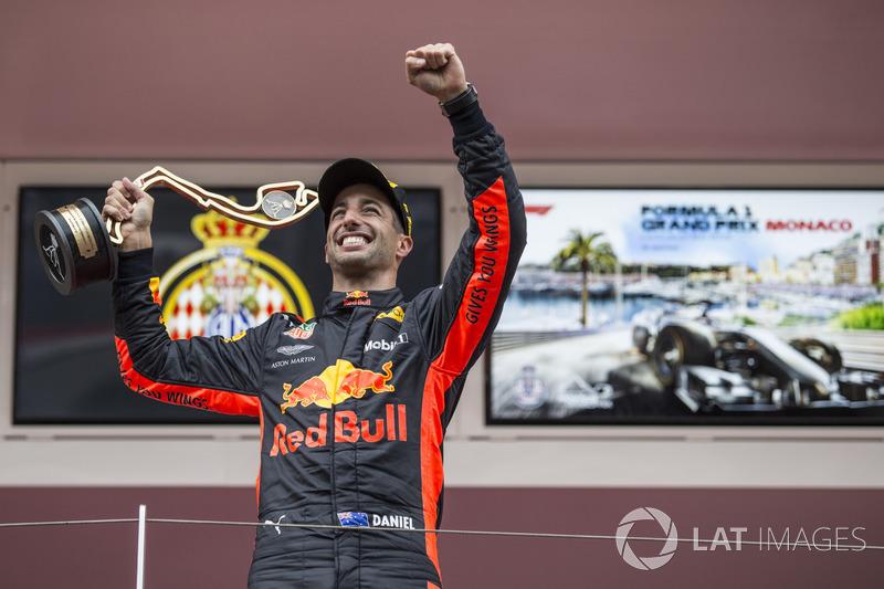 Il vincitore della gara Daniel Ricciardo, Red Bull Racing festeggia sul podio con il trofeo