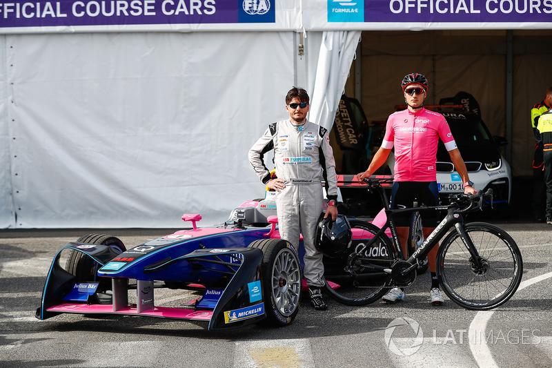 Le cycliste Gianni Moscon et Giancarlo Fisichella avec une Formule E