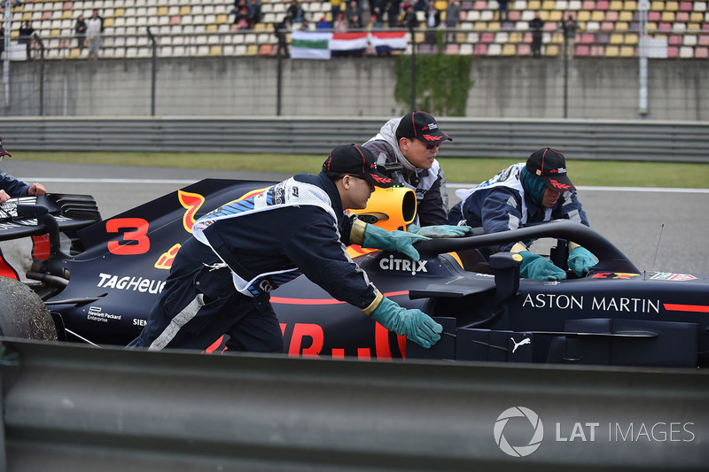The car of Daniel Ricciardo, Red Bull Racing RB14 is recovered in FP3