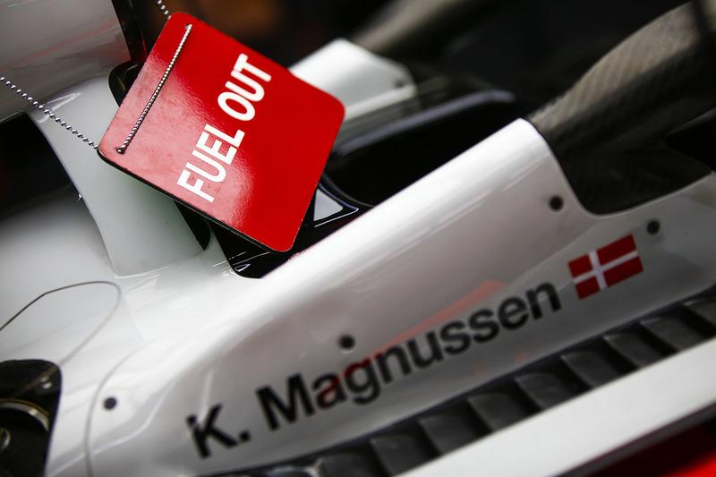 Табличка «Fuel Out» на автомобиле VF-18 Кевина Магнуссена, Haas F1 Team