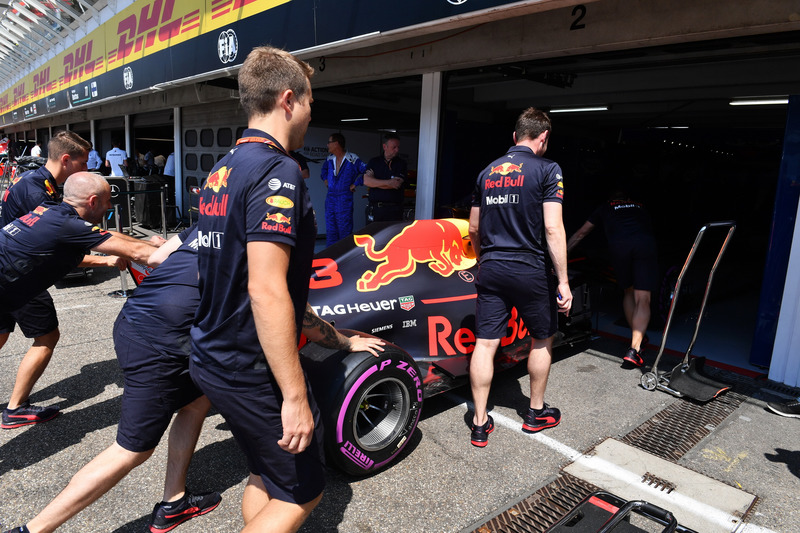Mecánicos de Red Bull Racing con el Red Bull Racing RB14