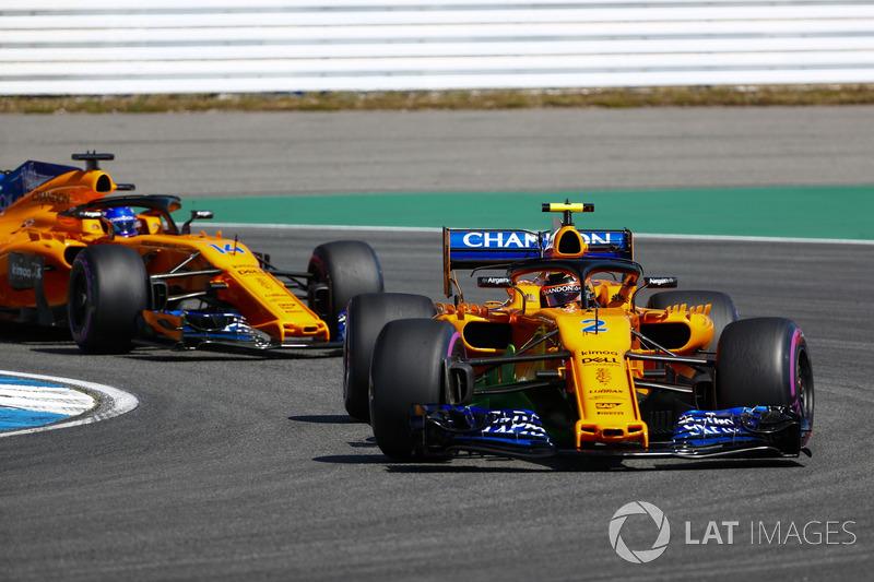 Stoffel Vandoorne, McLaren MCL33, y Fernando Alonso, McLaren MCL33