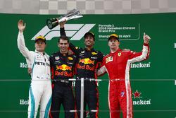 Ganador, Daniel Ricciardo, Red Bull Racing, segundo, Valtteri Bottas, Mercedes-AMG F1, Kimi Raikkonen, Ferrari y Chris Gent