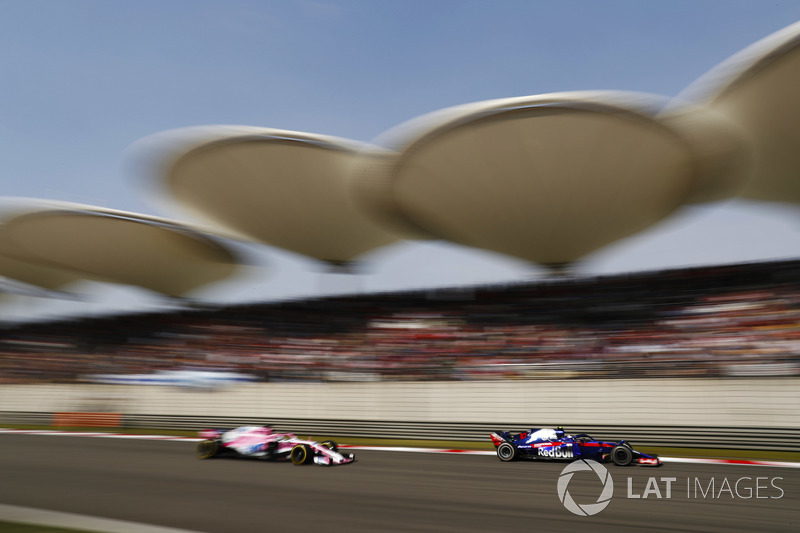 Pierre Gasly, Toro Rosso STR13 Honda, leads Sergio Perez, Force India VJM11 Mercedes