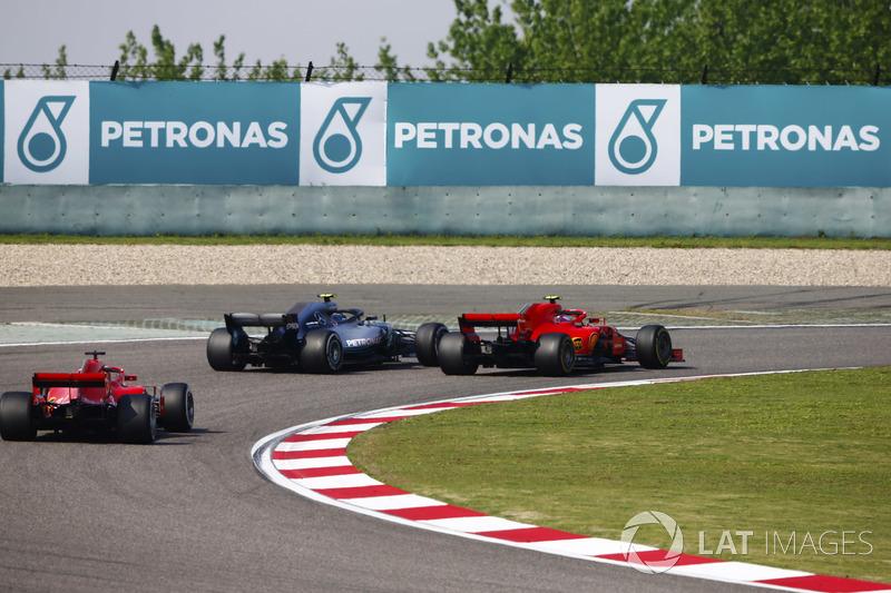 Valtteri Bottas, Mercedes AMG F1 W09, pasa a Kimi Raikkonen, Ferrari SF71H, para el liderato de la carrera, como Sebastian Vettel, Ferrari SF71H sigue
