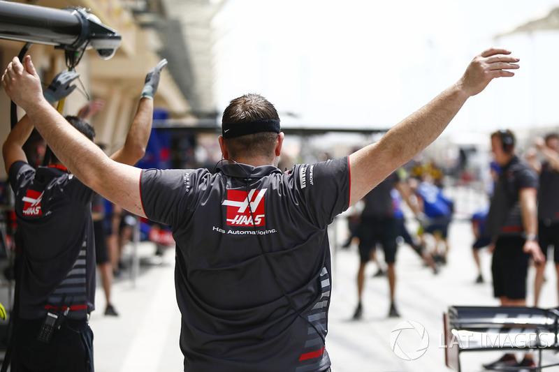 Haas Mechanic preparing for pit stop practice
