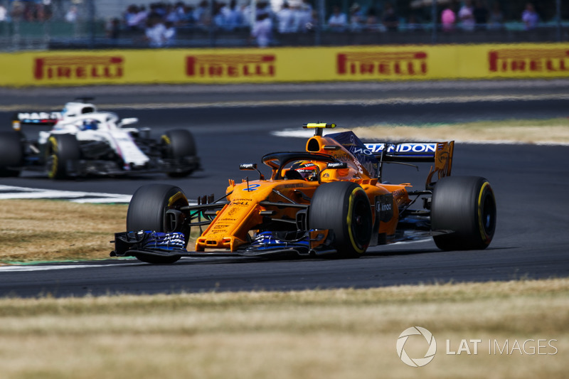 Stoffel Vandoorne, McLaren MCL33, y Lance Stroll, Williams FW41