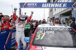 Победитель гонки Хосе-Мария Лопес, Citroën World Touring Car Team, Citroën C-Elysée WTCC