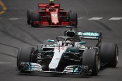 Lewis Hamilton, Mercedes AMG F1 W09, Kimi Raikkonen, Ferrari SF71H
