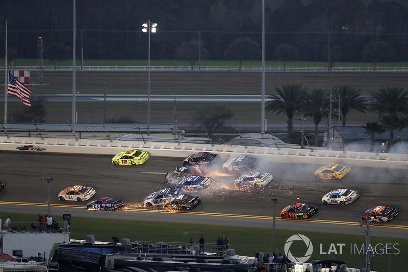 Kecelakaan: Kurt Busch, Stewart-Haas Racing Ford, Ricky Stenhouse Jr., Roush Fenway Racing Ford, Brendan Gaughan, Beard Motorsports Chevrolet