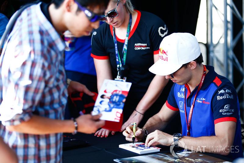 Pierre Gasly, Toro Rosso, firma autografi ai fan