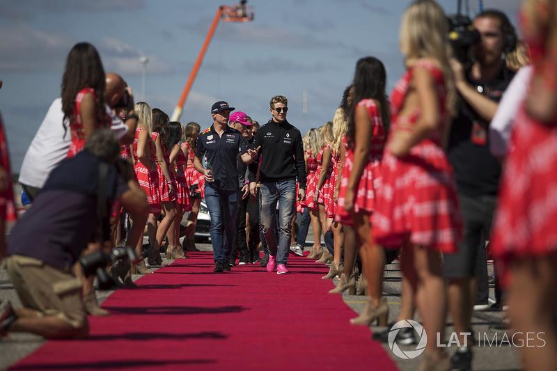 Max Verstappen, Red Bull Racing y Nico Hulkenberg, Renault Sport F1 Team en el desfile de pilotos