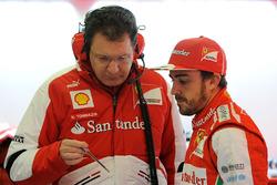Nicholas Tombazis, diseñador en jefe de Ferrari, junto a Fernando Alonso, Ferrari