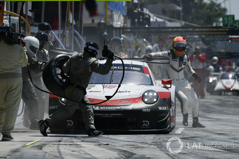 #912 Porsche Team North America Porsche 911 RSR, GTLM: Laurens Vanthoor, Earl Bamber pit stop