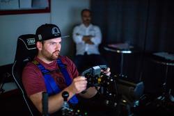 Il pilota professionista Andreas Simonsen nel simulatore della Pergolini Academy