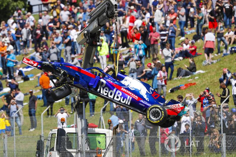 El coche dañado de  Pierre Gasly Toro Rosso STR13 es removido