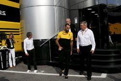 Jerome Stoll, directeur Renault Sport F1, Alain Prost, conseiller spécial Renault Sport F1, Cyril Abiteboul, directeur général Renault Sport F1 et Ross Brawn, manager sportif de la F1, près du motorhome McLaren