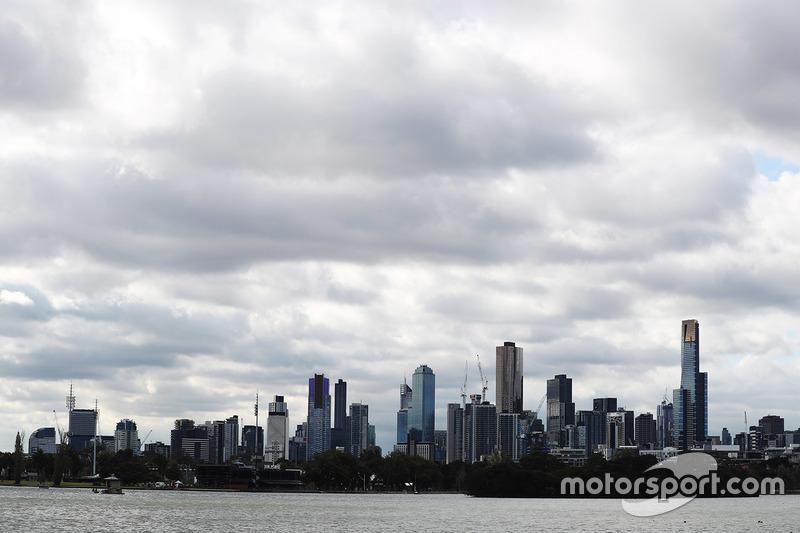 El horizonte de Melbourne detrás del Albert Park Lake