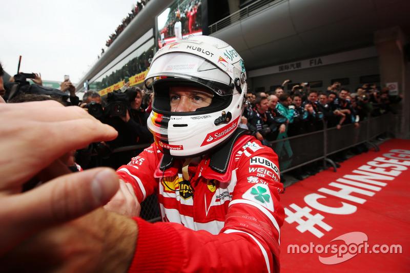Sebastian Vettel ikinciliğini kutluyor