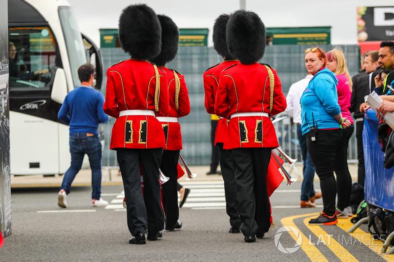 Os guardas ingleses característicos também não quiseram perder a corrida.