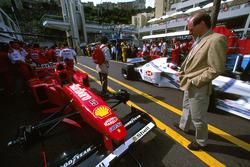 Adrian Newey Echa un vistazo al Ferrari F310 de Michael Schumacher