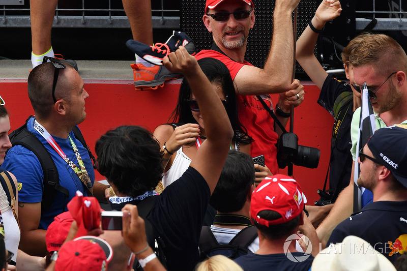 Fans catch the shoe of Daniel Ricciardo, Red Bull Racing