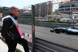 Росс Браун, керуючий директор Motor Sports F1 дивиться на Льюіса Хемілтона, Mercedes-Benz F1 W08 Hybrid