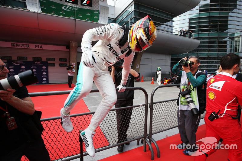 Льюіс Хемілтон, Mercedes AMG святкує поул у закритому парку