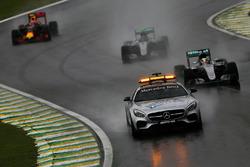 Льюїс Хемілтон, Mercedes AMG F1 W07 Hybrid йде першим позаду автомобіля безпеки FIA