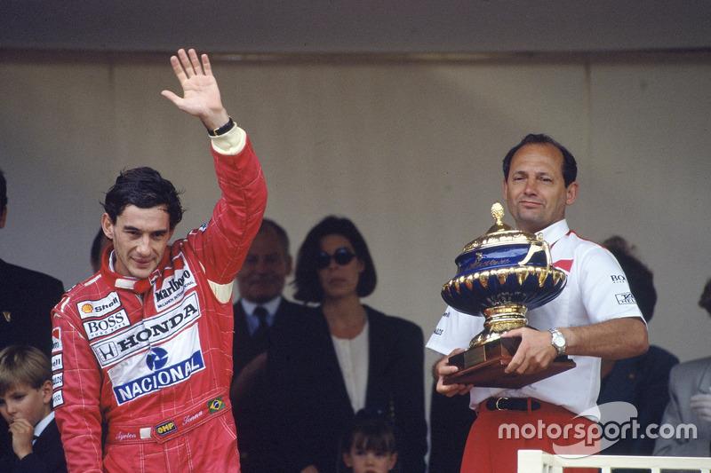 Pemenang balapan, Ayrton Senna, McLaren Honda, bersama bos tim, Ron Dennis, di podium