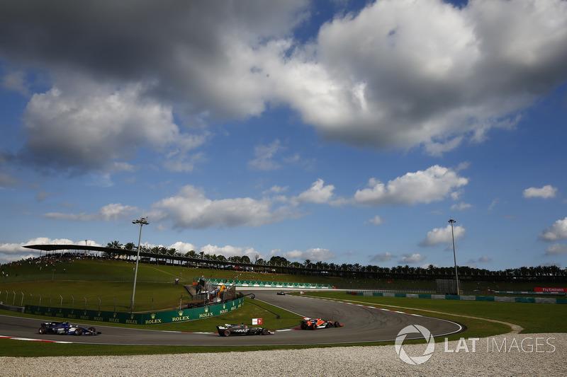 Стоффель Вандорн, McLaren MCL32, Ромен Грожан, Haas F1 Team VF-17, Паскаль Верляйн, Sauber C36