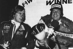 3. James Hunt, McLaren, ve dünya şampiyonu Mario Andretti, Lotus