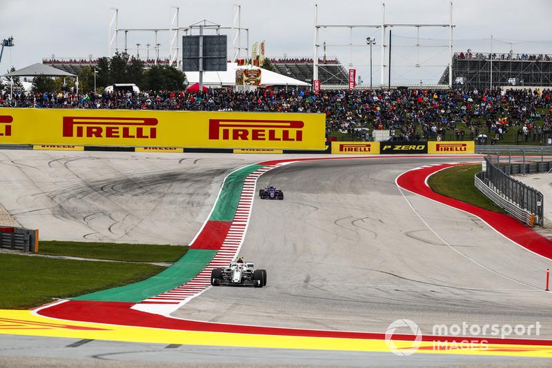Charles Leclerc, Sauber C37, precede Pierre Gasly, Scuderia Toro Rosso STR13