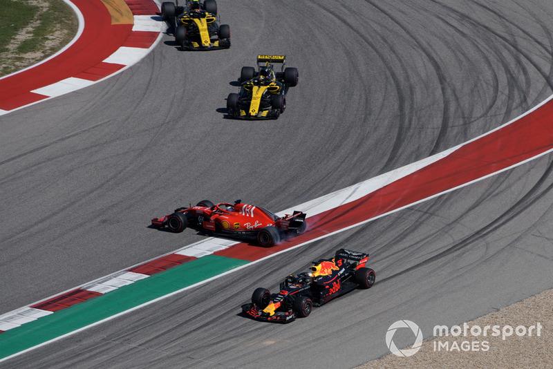 Sebastian Vettel, Ferrari SF71H melintir setelah kontak dengan Daniel Ricciardo, Red Bull Racing RB14