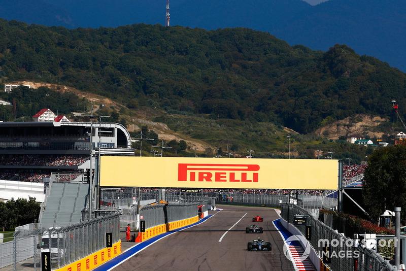 Valtteri Bottas, Mercedes AMG F1 W09, precede Lewis Hamilton, Mercedes AMG F1 W09, e Sebastian Vettel, Ferrari SF71H