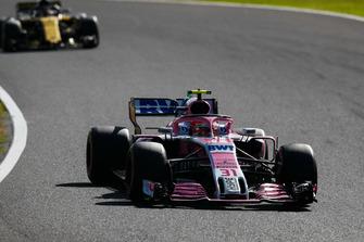 Esteban Ocon, Racing Point Force India VJM11, devant Carlos Sainz Jr., Renault Sport F1 Team R.S. 18