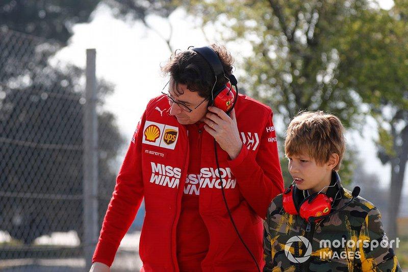 Mattia Binotto, Ferrari Team Principal con el hijo de John Elkann, FIAT