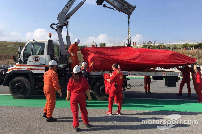 The Ferrari SF90 of Sebastian Vettel is recovered on a truck
