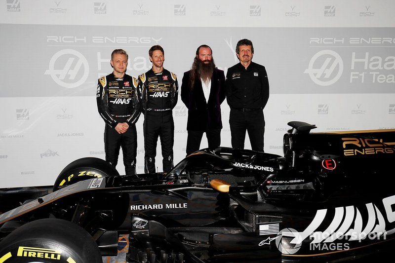 Kevin Magnussen, Haas F1 Team, Romain Grosjean, Haas F1 Team, William Storey CEO Rich Energy e Guenther Steiner, Team Principal, Haas F1, con la nuova livrea Haas