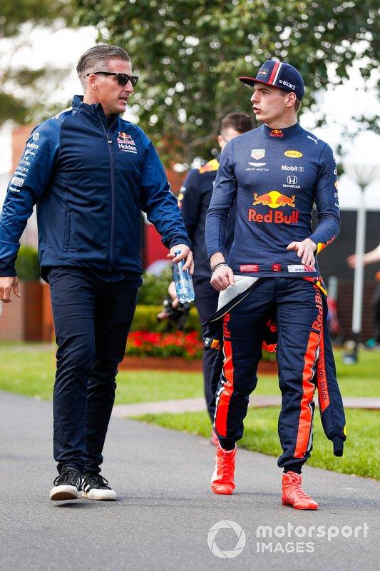 Max Verstappen, Red Bull Racing, parla con un membro del team
