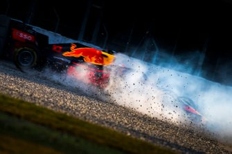 Max Verstappen, Red Bull Racing RB15, spins into the gravel