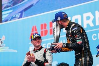 Jean-Eric Vergne, DS TECHEETAH, 1° classificato, bacia il trofeo sul podio accanto a Oliver Rowland, Nissan e.Dams, 2° classificato