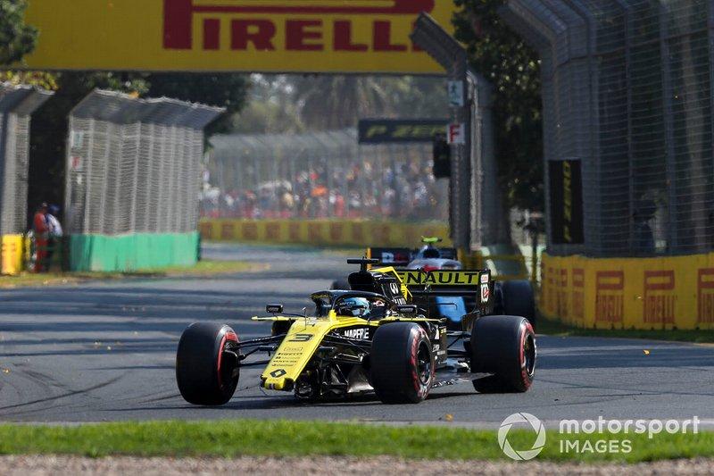 Daniel Ricciardo, Renault R.S.19 con la vettura danneggiata e senza ala anteriore