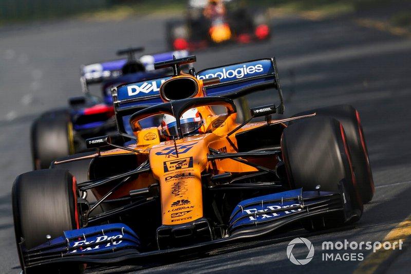 Carlos Sainz Jr., McLaren MCL34, y Daniil Kvyat, Toro Rosso STR14