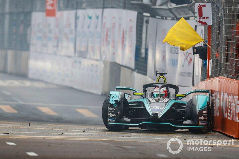 Nelson Piquet Jr., Panasonic Jaguar Racing, Jaguar I-Type 3, causano una bandiera gialla